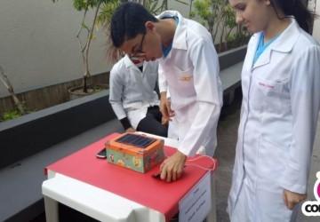 Alunos experimentam carregar celular sem o auxílio da rede elétrica